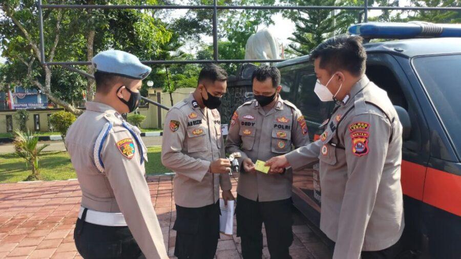 Polres Lebak Polda Banten memastikan kesiapan personel dengan melaksanakan pengecekan perlengkapan kendaraan dinas dan senjata api