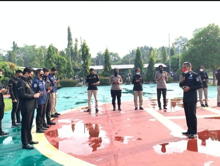 Kabid Humas Polda Banten AKBP Shinto Silitonga memberikan arahan kepada para personel tentang teori branding saat apel pagi Satuan Kerja