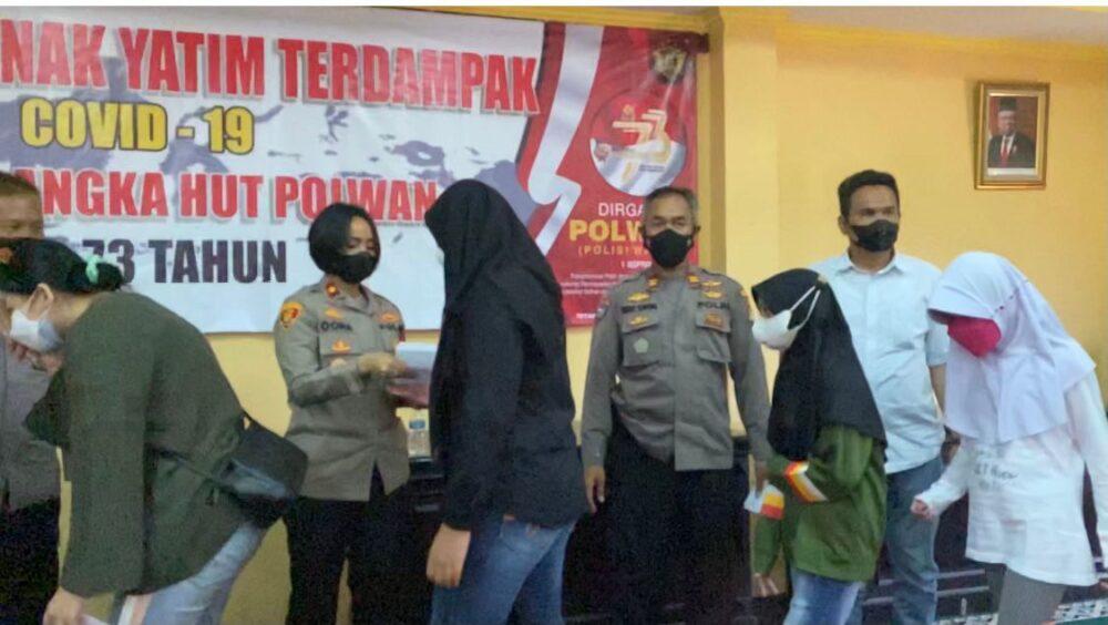 Polsek Tanjung Duren membagikan paket sembako dan santunan kepada anak yatim dan piatu dalam memperingati HUT Polisi Wanita (Polwan) ke-73.