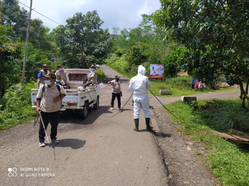 Sebagai upaya menekan penyebaran Covid-19 Kades Cirinten melakukan penyemprotan disinfektan dan berbagi masker di wilayah