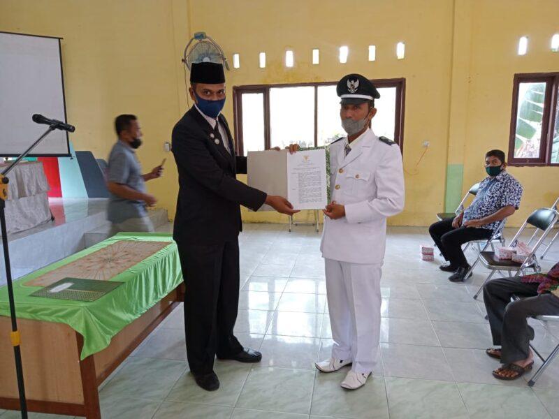 Camat Idi Rayeuk Rudy Saputra, SSTP, MAP, melantik Tgk. Muhammad Azhar sebagai Keuchik (kepala desa) Gampong Tanoh Anoe di Aula Kantor