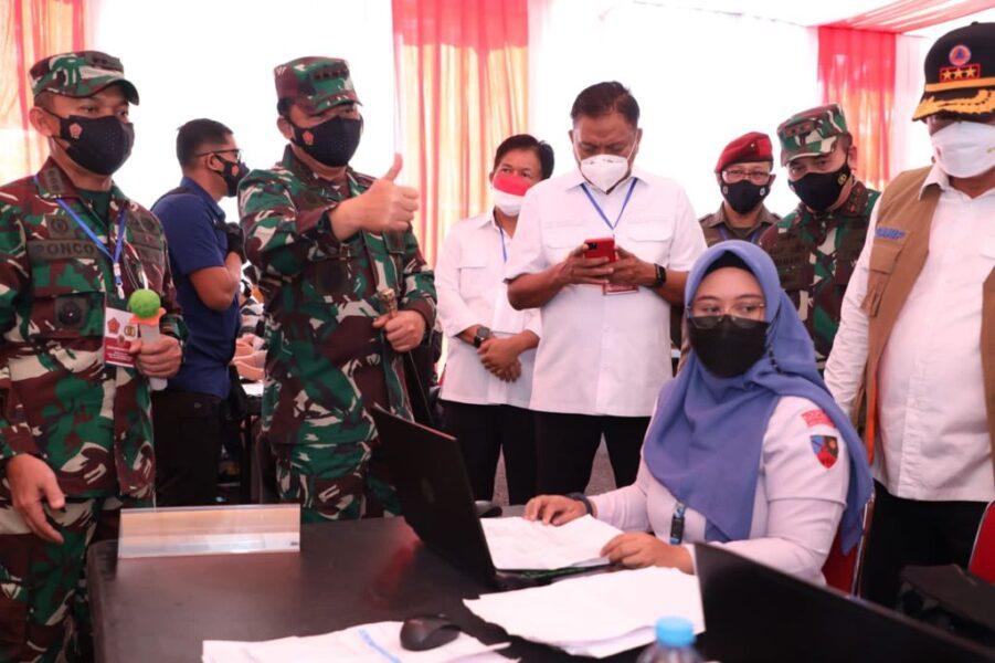 Panglima TNI Kepala BNPB dan Kabaharkam Polri dengan meninjau serbuan vaksinasi dengan target Vaksinasi 2.000 dosis didukung dengan 80 Nakes