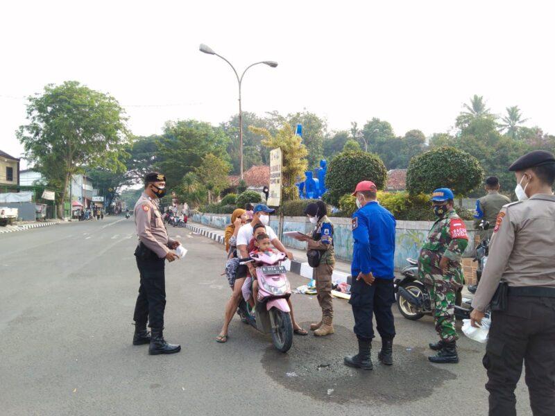 Petugas gabungan dari Polres Lebak Polda Banten bersama Satgas Covid-19 melaksanakan Operasi Yustisi di areal Balong Rancalentah