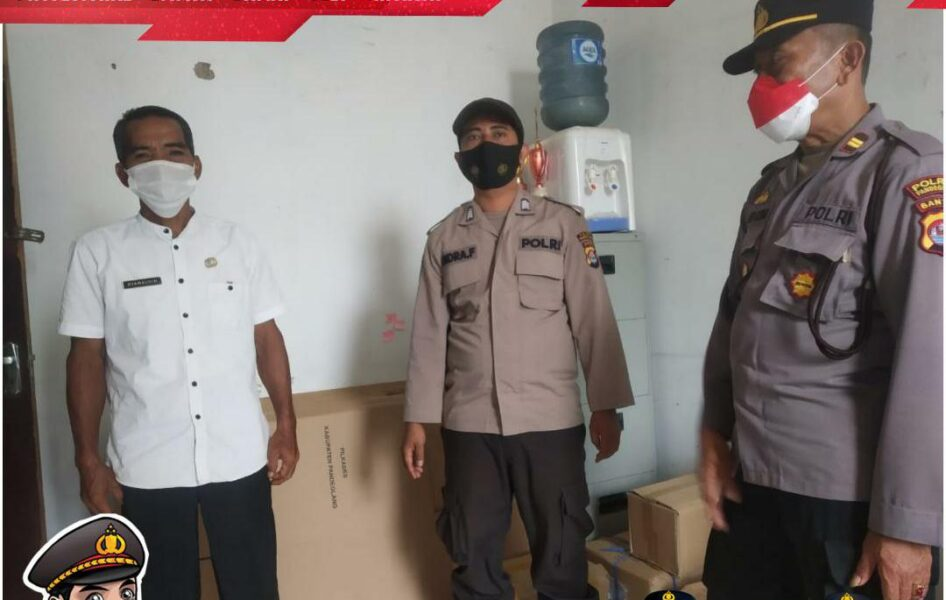Polsek Cikedal melaksanakan pengamanan logistik pemilihan kepala desa (Pilkades) di ruang Kecamatan Cikedal, Kabupaten Pandeglang,