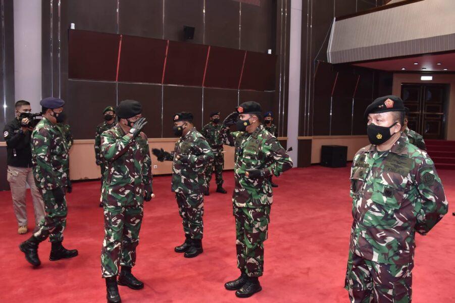 Panglima TNI Marsekal Hadi Tjahjanto, S.I.P., menerima laporan Korps kenaikan pangkat 25 orang Perwira Tinggi (Pati) di Aula