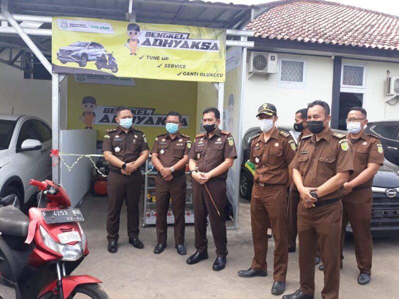 Kepala Kejaksaan Negeri (Kajari) Bambang Yunianto SH meresmikan bengkel Adhyaksa yang berlokasi di Kabupaten Sukabumi pada Senin (6/9/21)