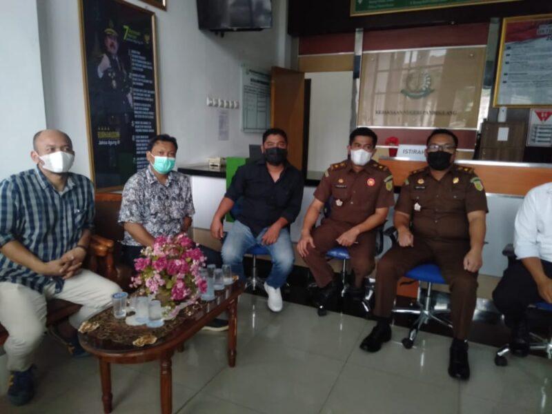 FAM) bersama PP Muhamadiyah Kabupaten Pandeglang mendesak Kejaksaan Negeri (Kejari) segera menuntaskan kasus dugaan mark up pengadaan tablet