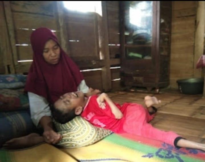 Seorang Janda Rodiah (45) yang ditinggal mati suaminya sejak 6 tahun lalu menjalani kehidupannya rela menjadi kuli serabutan