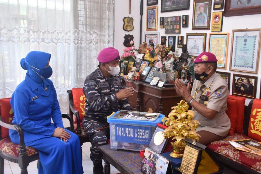Dalam rangka peringati Hari Ulang Tahun (HUT) ke76 , Korps Marinir TNI AL dari Pangkalan Korps Marinir Surabaya menggelar kegiatan sosial