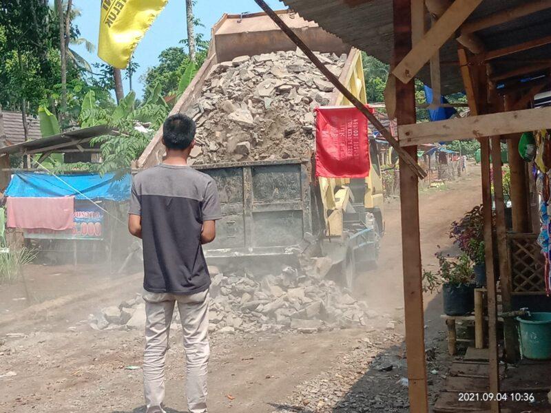 Ucu Fahmi kepada wartawan pada Rabu (8/9/21) mengatakan, hari ini proyek jalan Huntap mulai dikerjakan atau dibangun kembali.