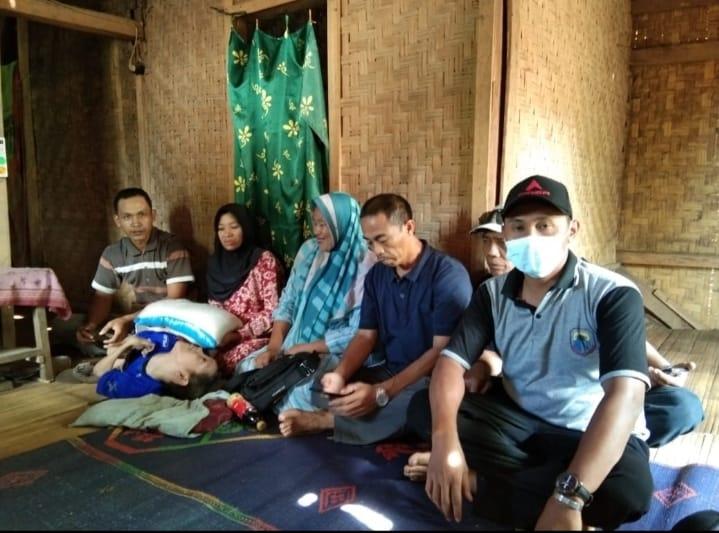 Dalam kunjungannya mantan Kades Kujangsari, Jaro Iyo mengatakan, bahwa dirinya merasa terketuk hatinya pada saat mendapat informasi
