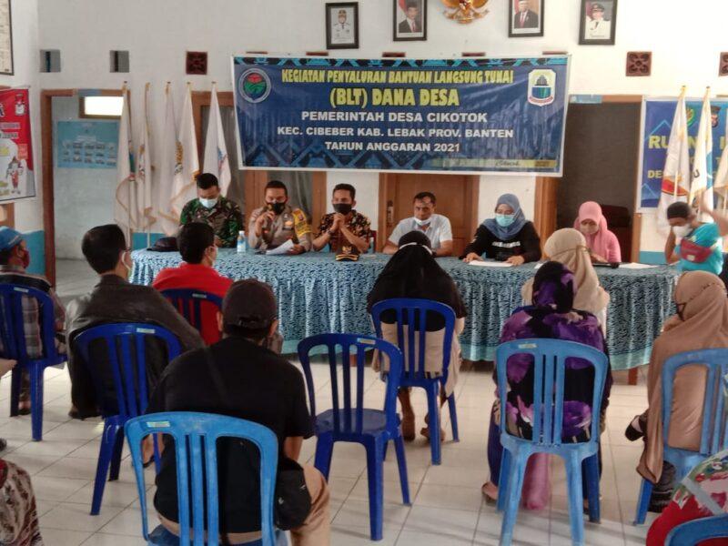 Pemerintah Desa (Pemdes) Cikotok menyalurkan Bantuan Langsung Tunai (BLT) tahap 9 Tahun Anggaran 2021 kepada Keluarga Penerima Manfaat (KPM)