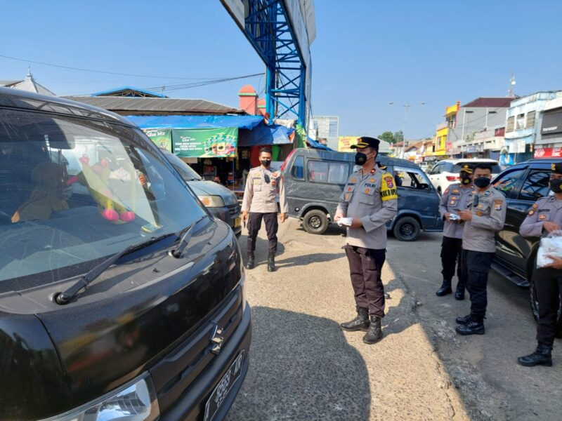 Wakapolres Pandeglang Kompol Rahmat Sampurno, S.I.K, melaksanakan patroli mendatangi tempat keramaian untuk memberikan edukasi
