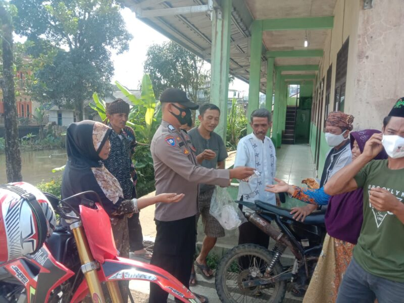 Polsek Cibeber Polres Lebak membagikan masker kepada masyarakat di Kampung Nagajaya Desa Citorek Tengah, Kabupaten Lebak, Banten