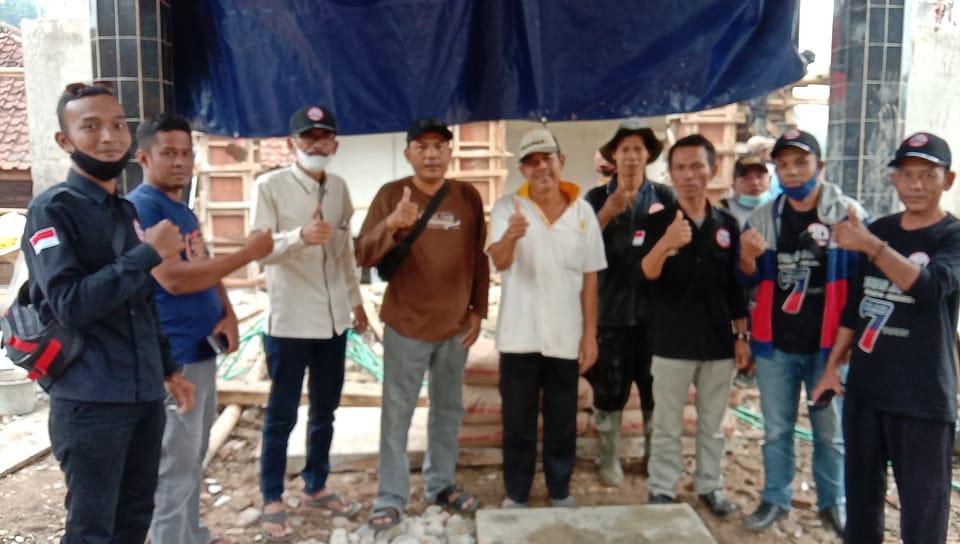 Masyarakat Kampung Guha girang menerima bantuan semen sebanyak 40 sak dari Ormas Jarum Korcam Muncang untuk pembangunan Masjid At Taqwa