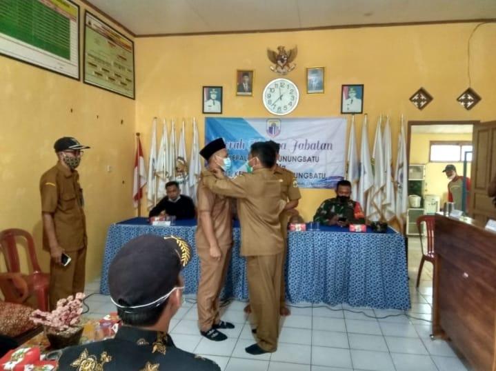 Pemdes bersama BPD menggelar serah terima jabatan (Sertijab) Plt kepala desa (Kades) yang berlangsung di Aula Kantor Desa Gunung Batu