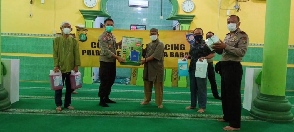 Satbinmas Polres Metro Jakarta Barat membagikan alat media protokol kesehatan (Prokes) kepada pengurus Masjid Jami Al Ikhlas, Jalan Sumbawa