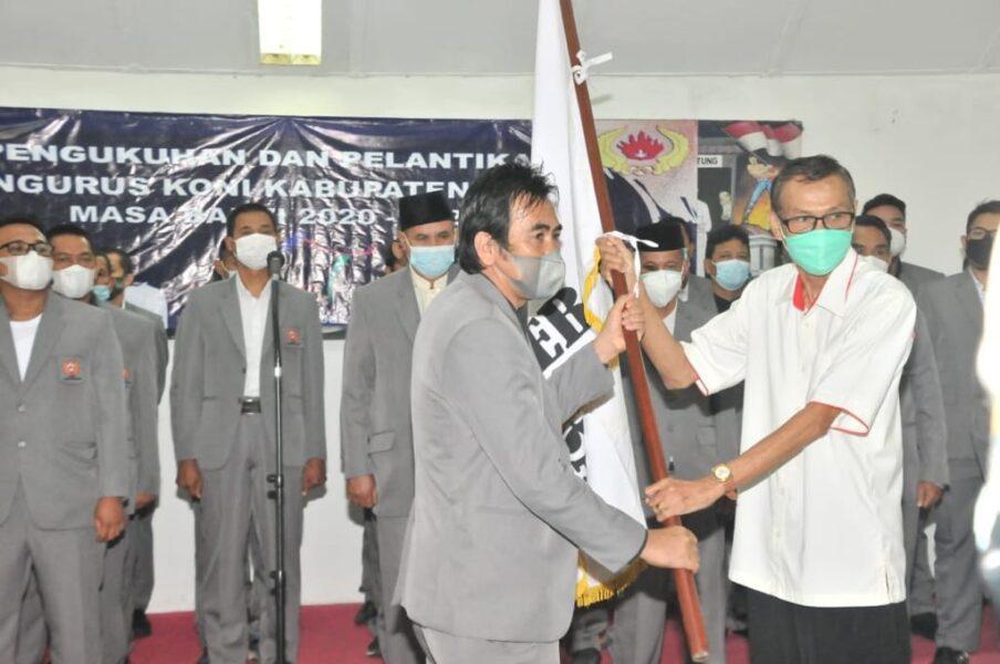 Perwakilan Ketua Banten Engkos Kosasih mengukuhkan dan melantik pengurus KONI Kabupaten Lebak masa bakti 2020-2024 di Pendopo
