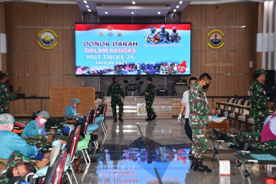 Pangkalan Utama TNI Angkatan Laut (Lantamal) V Surabaya menggelar kegiatan donor darah dalam rangka menyambut (HUT) ke-76 TNI