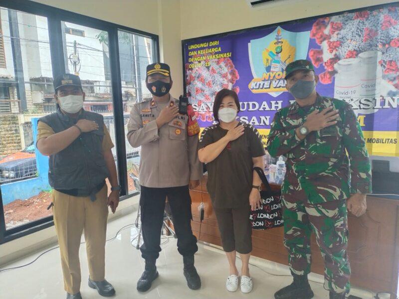 Kapolsek Kebon Jeruk Kompol Slamet Riyadi bersama Danramil 05/KJ melaksanakan kunjungan ke lokasi Serbuan Vaksinasi TNI di RW 05