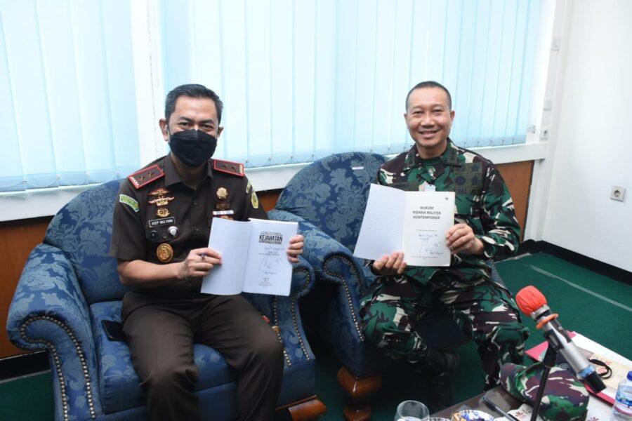 Kunker Kababinkum TNI beserta stafnya ke Kejati disambut oleh Kajati Jawa Barat Dr. Asep dan jajarannya langsung menuju ruang Kantor
