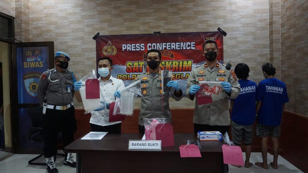 Satreskrim) Polres Pandeglang berhasil menangkap 2 terduga peracik miras oplosan inisial DK (23) dan AS (23) yang menewaskan 3 warga