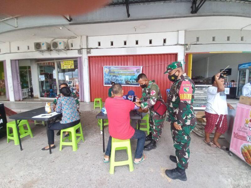 Aparat TNI dari Kodim 1710/Mimika Kodam XVII/Cenderawasih kembali melaksanakan vaksinasimobileCovid-19 untuk meningkatkan cakupan penerima