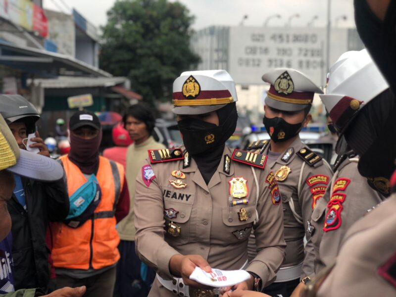 Satlantas Polres Pandeglang melaksanakan pembagian masker dan penempelan stiker ayo pakai masker dalam rangka Hut Lantas yang ke 66