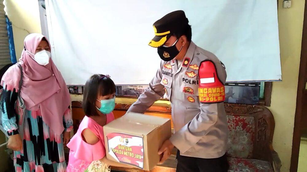 Kapolsek Kebon Jeruk Kompol Slamet Riyadi memberikan bantuan berupa sembako kepada 18 anak yatim piatu yang berada di RW 05 Kedoya