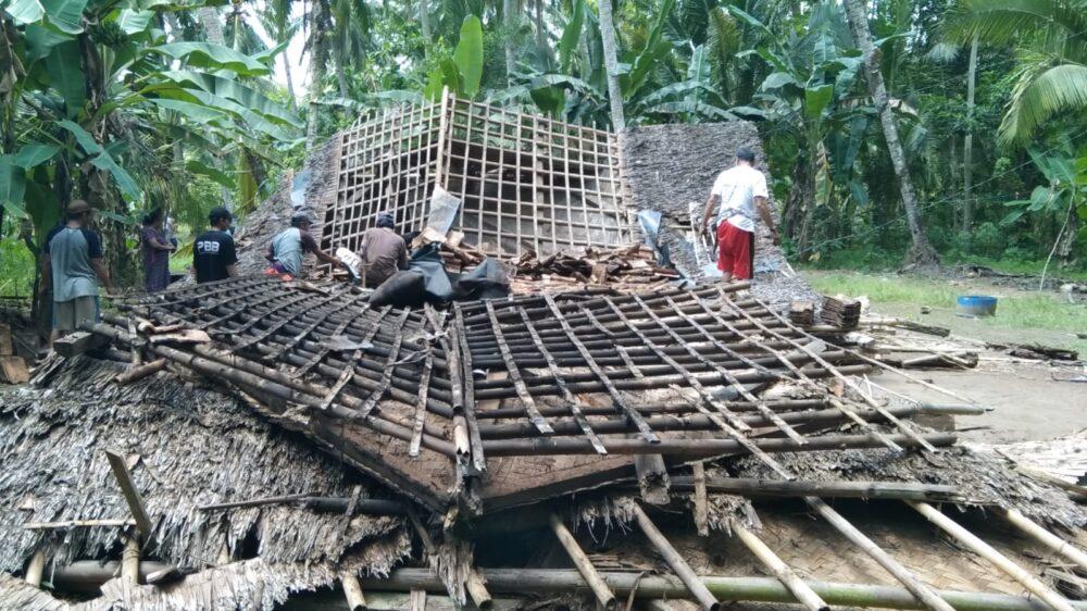 Akibat bangunan sudah rapuh, sebuah rumah milik Ade Sarkim (43) yang berdinding bambu roboh di RT 02/RW 10 Desa Mekarsari,