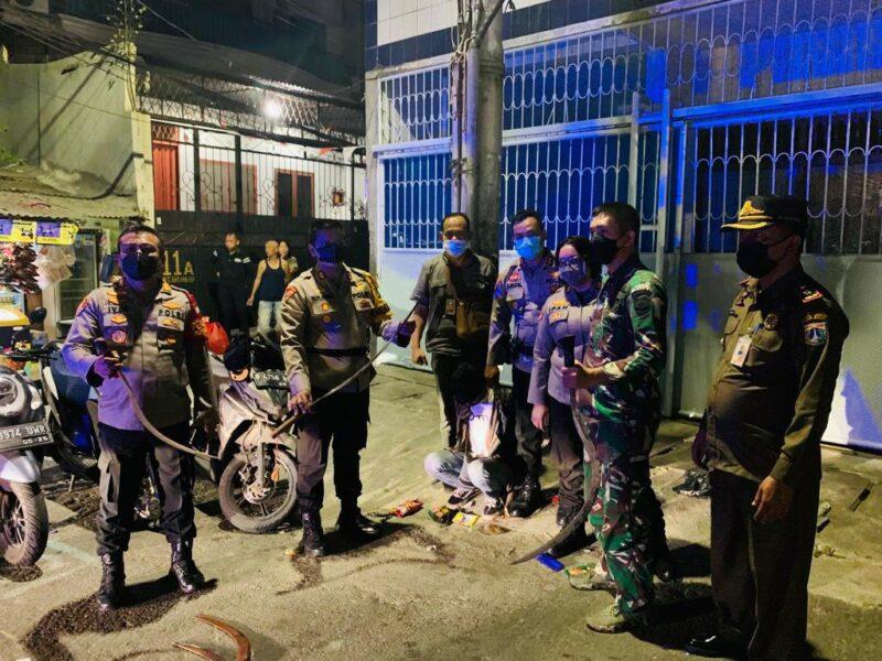 Polisi mengamankan 6 (enam) pemuda yang melakukan aksi tawuran di kawasan padat penduduk di jalan kesederhanaan keagungan Tamansari
