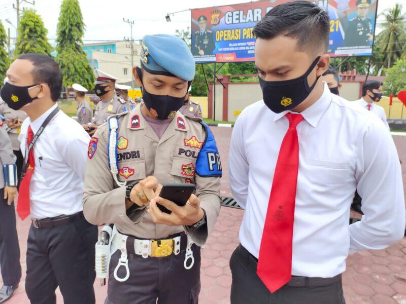 Provost Polres Aceh Timur diperintahkan Kapolres melakukan pemeriksaan handphone personel guna untuk mencegah maraknya game judi online,