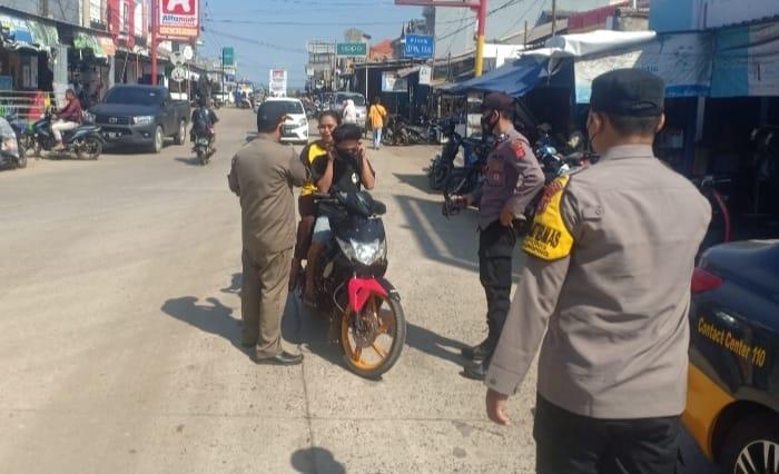 Polsek Malingping Polres Lebak bersama TNI dan Sat Pol PP g, melaksanakan kegitan pembagian masker sebanyak 10 lusin kepada masyarakat