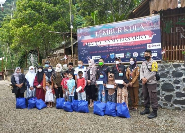 Personel Polisi dari Polres Pandeglang menyampaikan pesan kepatuhan protokol kesehatan dalam happy anniversarry Objek Wisata Lembur Kula