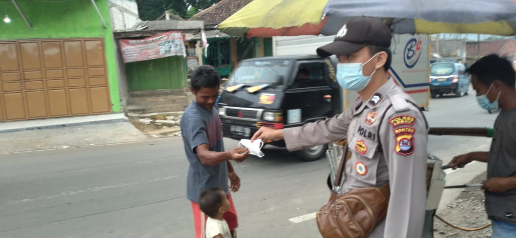 Polsek Cipanas Polres Lebak melaksanakan pembagian masker kepada para pengendara motor dan mobil yang melintasi perbatasan Kecamatan
