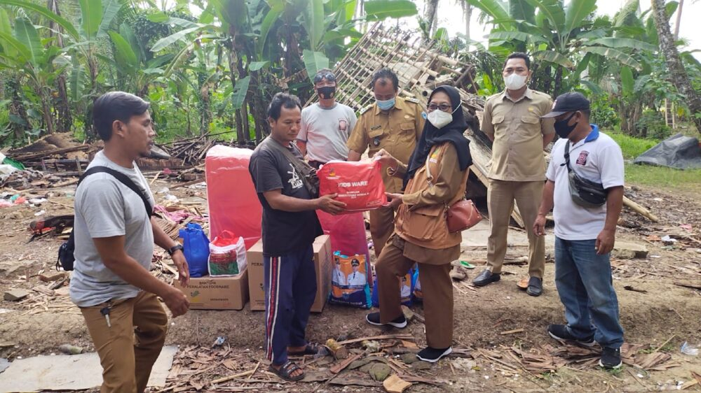 Bupati Kabupaten Pandeglang Irna Narulita memberikan bantuan kepada Warga Kecamatan Panimbang yang rumahnya roboh akibat bangunan rapuh