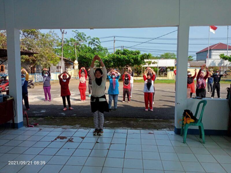 Jajaran Pegawai Kecamatan Panimbang bersama masyarakat melakukan senam untuk menjaga kebugaran tubuh yang berlangsung di halaman Kantor