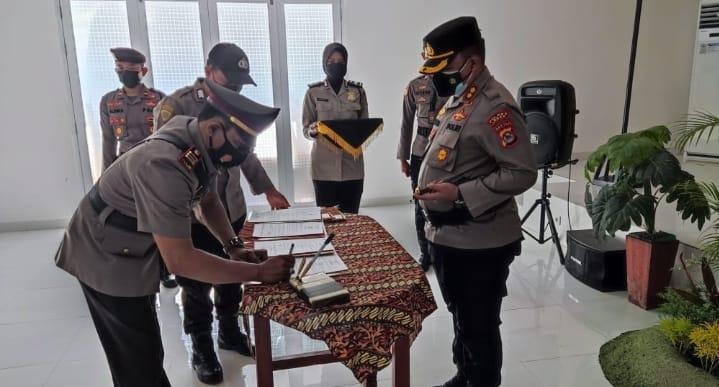 Kapolres Lebak Polda Banten AKBP Teddy Rayendra, SIK, M.I.K. memimpin upacara Sertijab Kapolsek Leuwidamar, Wanasalam, Cibeber