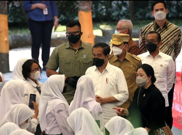 Presiden Republik Indonesia (Jokowi) menyampaikan pujian dan apresiasi saat meninjau pelaksanaan vaksinasi pelajar di SMAN 4 Kota Serang