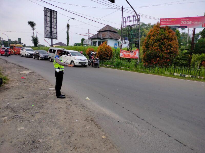 Dalam upaya menjaga kelancaran arus lalu lintas, Polsek Pandeglang melaksanakan kegiatan strong point atau gatur lantas di 3 titik yang rawan