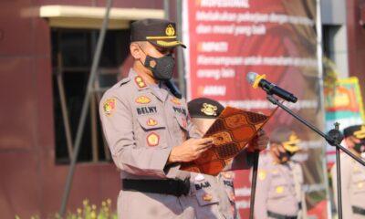 Kepala Kepolisian Resort (Kapolres) Pandeglang AKBP Belny Warlansyah memimpin upacara serah terima jabatan (Sertijab) Kasat Binmas