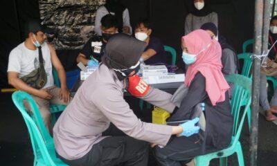 Program penyaluran (BLT) dibarengi vaksinasi tahap I dan II Covid-19 bagi masyarakat penerima bantuan yang dilaksanakan di Polres Pandeglang