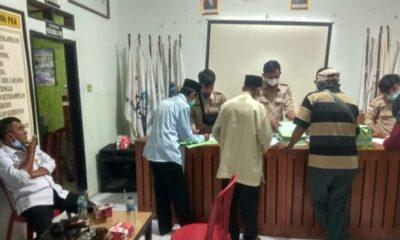 Badan Pertanahan Nasional (BPN) Kabupaten Lebak bersama Pemerintah Desa (Pemdes) Cijengkol membagikan buku sertifikat program (PTSL)