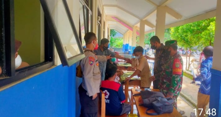Polsek Cilograng Polres Lebak Polda Banten menyelenggarakan vaksinasi covid-19 bagi siswa SMPN 4 Cilograng di Kampung Cinangka