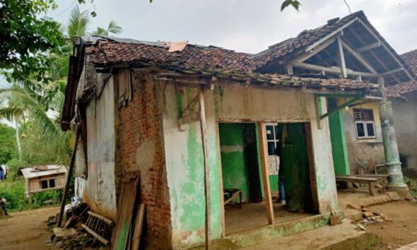 Janda 6 anak diduga tidak mendapatkan bantuan dari pemerintah kondisinya sangat memprihatinkan bertempat tinggal di Kampung Lebak