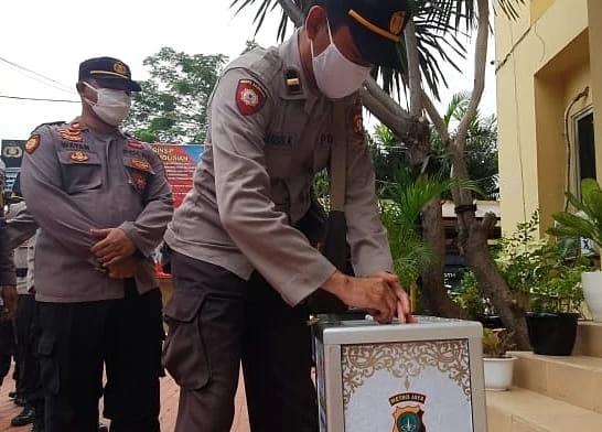 Melalui program celengan anak yatim piatu, Polsek Tanjung Duren memberikan bantuan sumbangan berupa sembako dan uang tunai untuk membantu anak