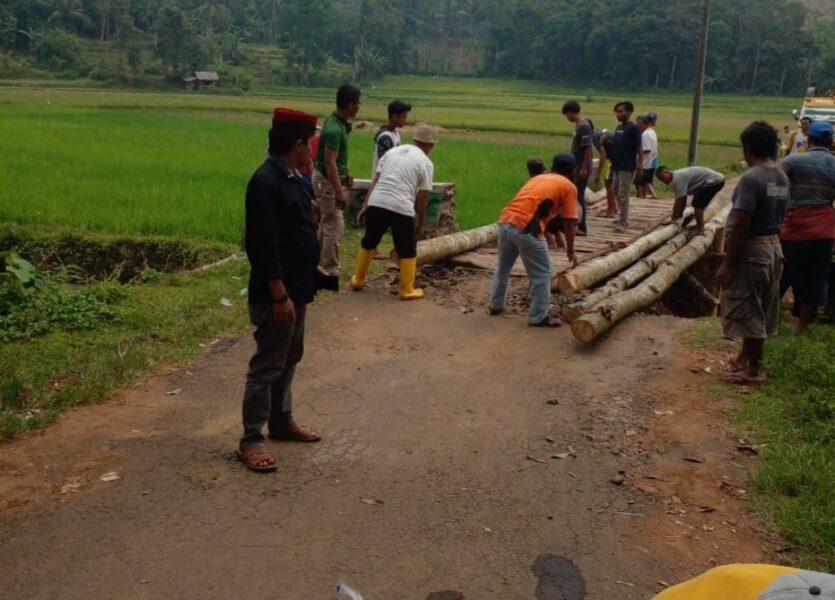 Kepala Desa Bojong Menteng bersama masyarakat melaksanakan kegiatan gotong royong membuat jembatan darurat yang ambrol akibat hujan deras