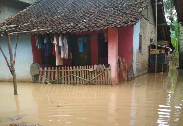 Banjir merendam permukiman warga dan area pertanian yang disebabkan oleh curah hujan selama dua hari di Kampung tari kolot RT 11/RW 003