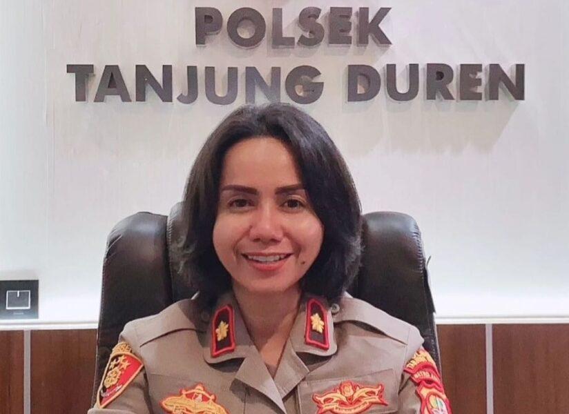 Kapolsek Tanjung Duren Polres Metro Jakarta Barat Kompol Rosana Albertina Labobar menyalurkan bantuan sembako berupa beras kepada warga