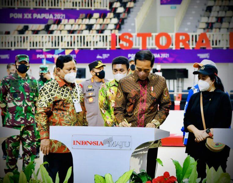 Presiden RI Joko Widodo didampingi Panglima TNI meresmikan tujuh arena pertandingan yang akan digunakan dalam perhelatan (PON) XX Papua